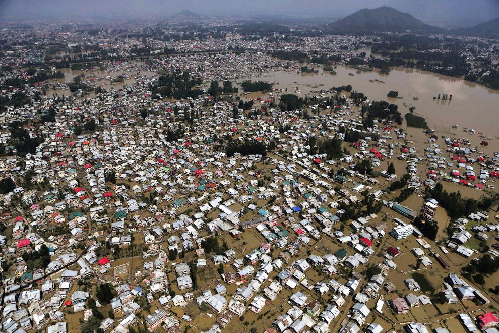 Город Сринагар наполовину ушел под воду