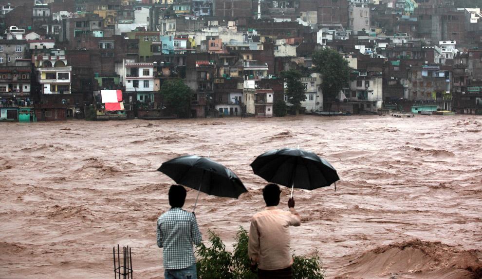 По улицам индийского города Джамму текут бурные реки