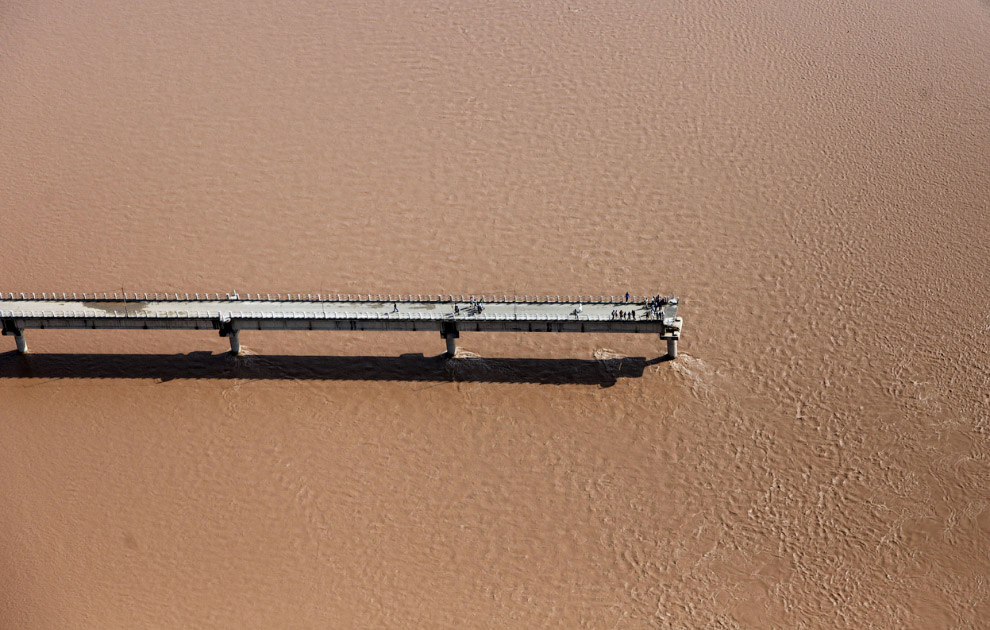 Вид с воздуха на рухнувший мост через реку на окраине Джамму, Индия