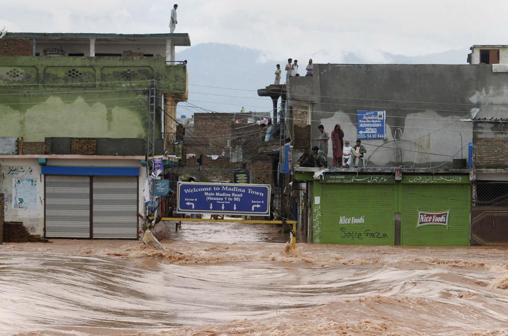 Затопленные улицы на окраине Исламабада