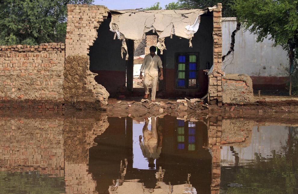 Хозяин полуразрушенного наводнением дома