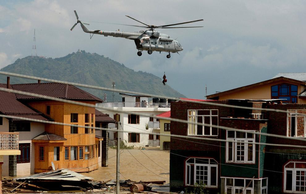 Из особо сложные районов людей эвакуируют вертолетами