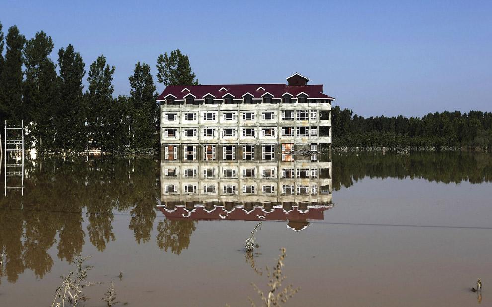 Частично ушедший под воду жилой дом