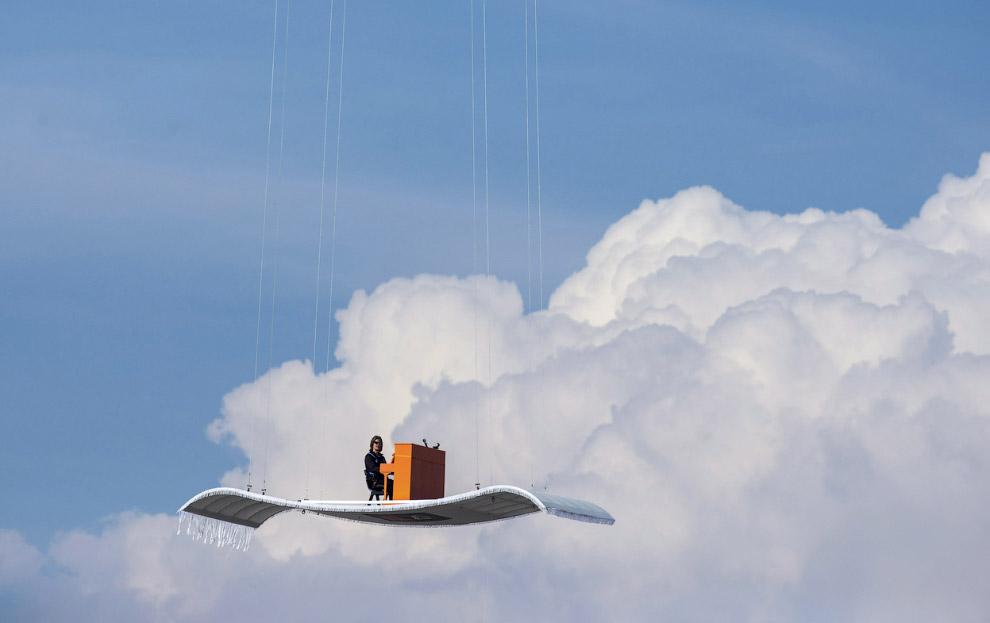 """Необычный фортепианный концентр на """"ковре-самолете"""" над аэропортом Мюнхена"""