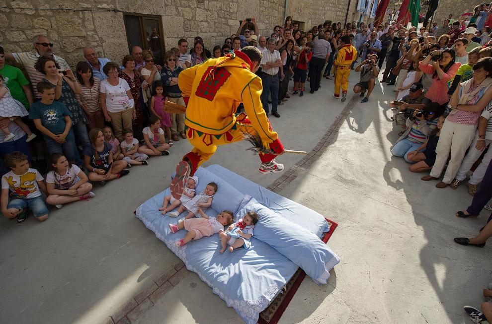 Фестиваль Эль Сальто-дель-Колачо (прыжок дьявола) в Испании