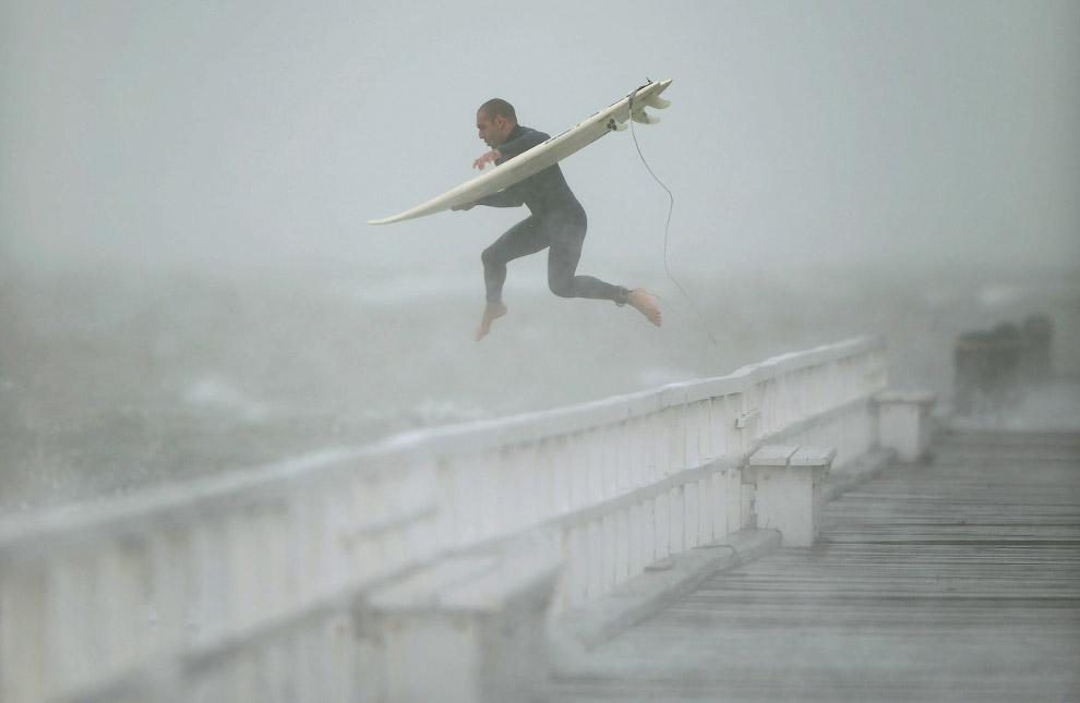 Полет серфера. Прыжок с пирса в залив Порт-Филлип, Мельбурн