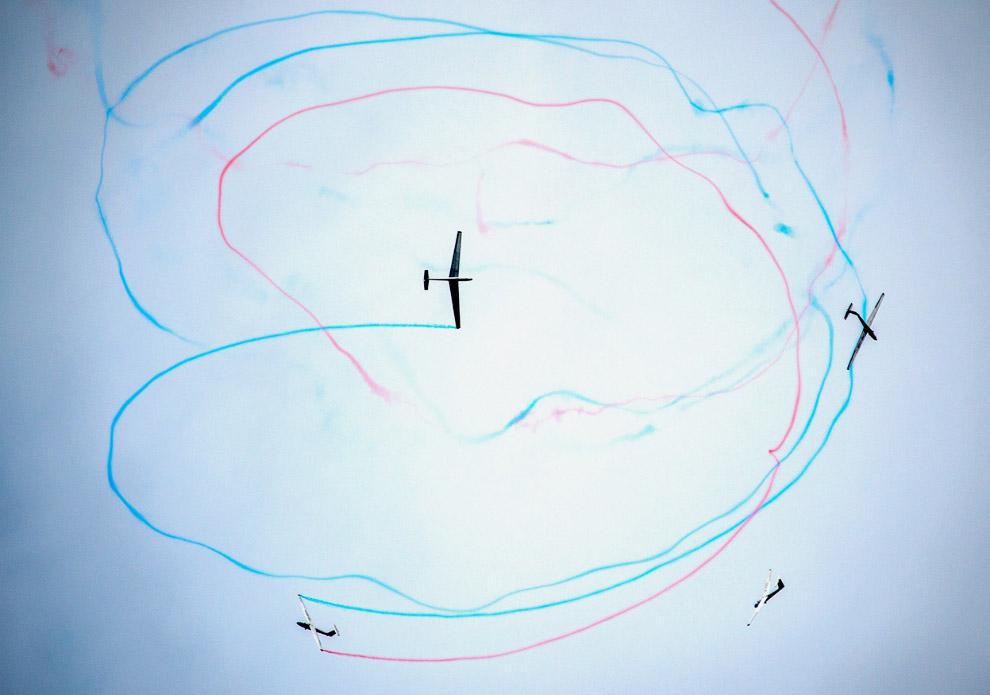 Словацкая пилотажная группа «Пастухи Очова» раскрашивает небо планерами