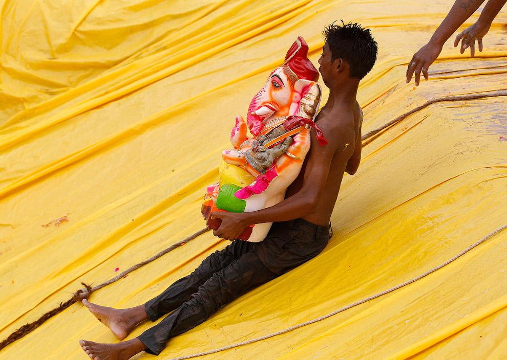А вот скоростной спуск в пруд вместе с Ганешей в Ахмедабаде