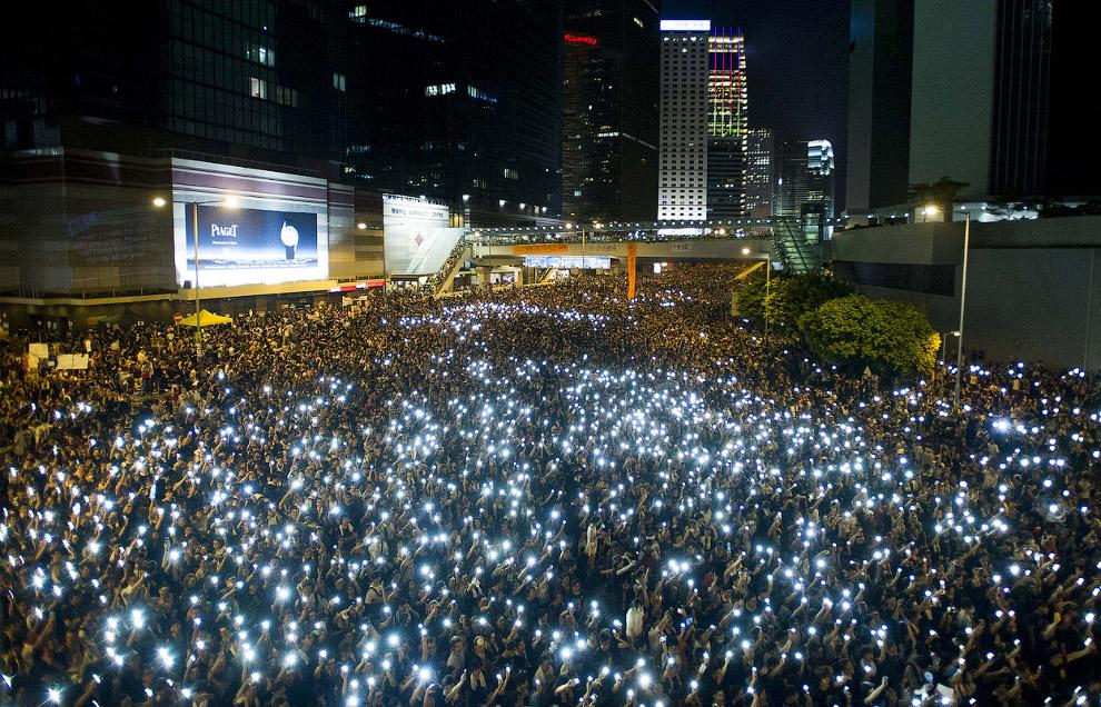 Хорошо организованная акция протеста с мобильными телефонами перед штаб-квартирой Законодательного совета в Гонконге