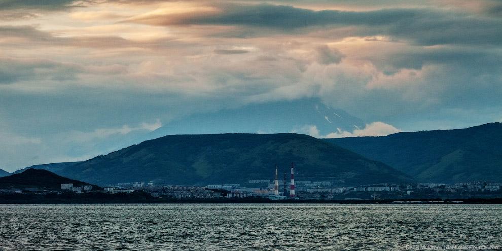Петропавловск-Камчатский и уходящая в облака Корякская сопка