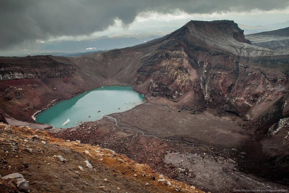 Кислотное озеро на дне кратера вулкана Горелый