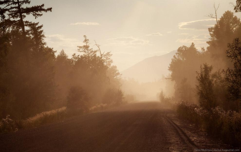 Дорога между поселками Ключи и Усть-Камчатск засыпана вулканическим пеплом от Шивелуча. Пепел долго не оседает после проезда автомобиля