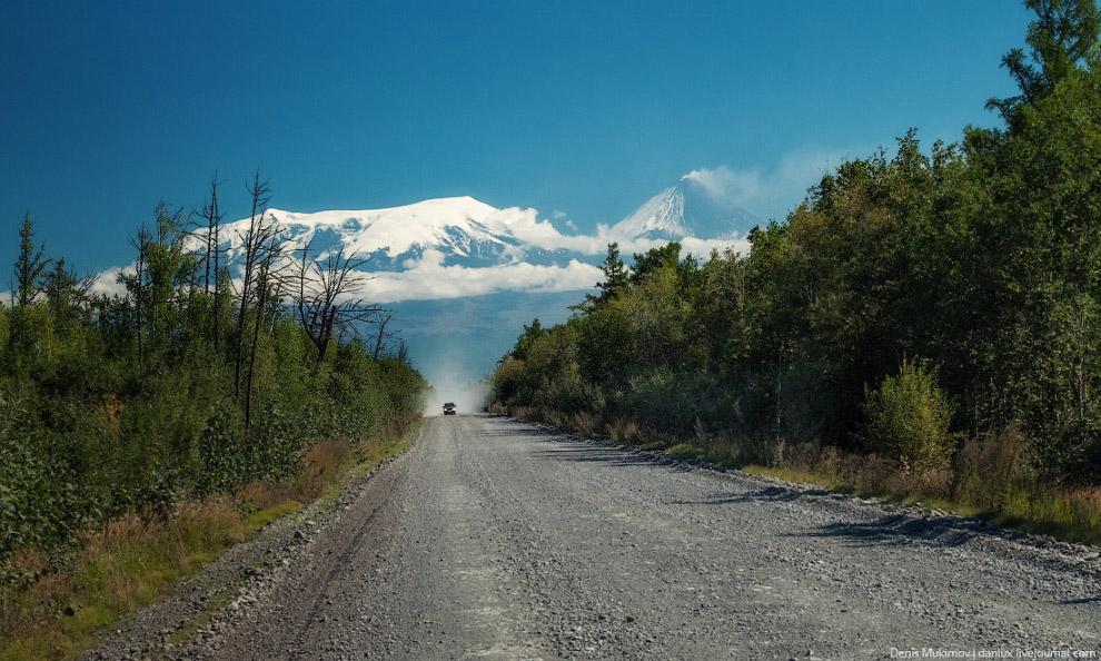 Асфальтированных дорог на Камчатке совсем мало, передвигаться в основном приходилось по гравийкам.