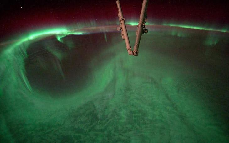 Северное сияние и части Международной космической станции
