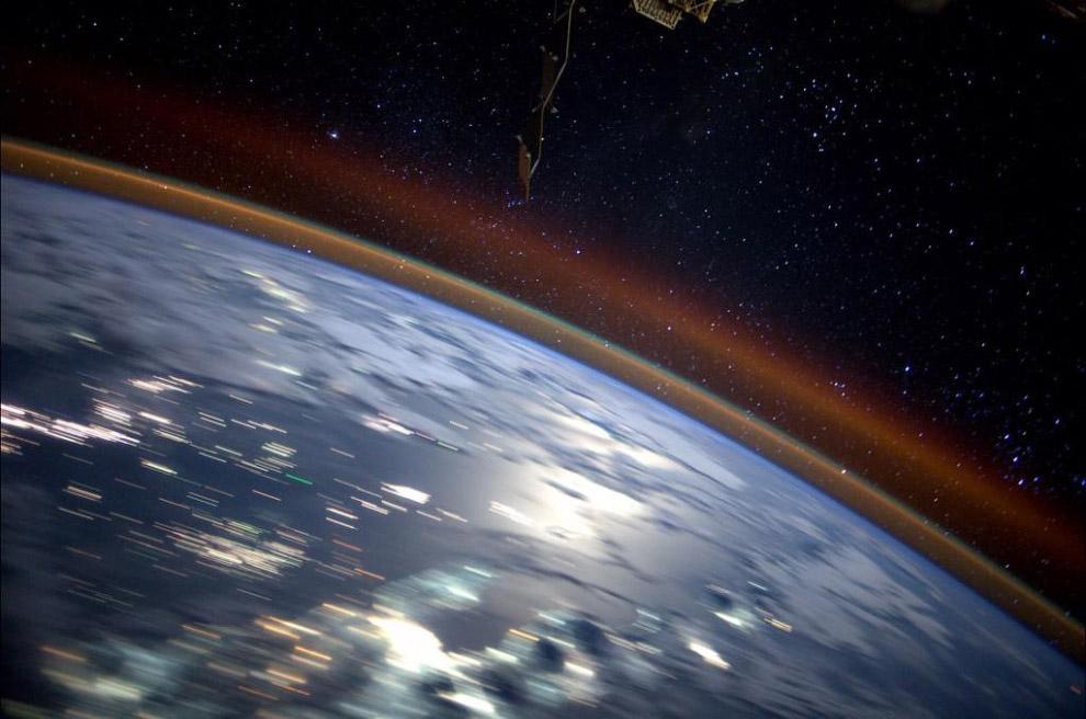 На этой фотографии с МКС видна атмосфера Земли