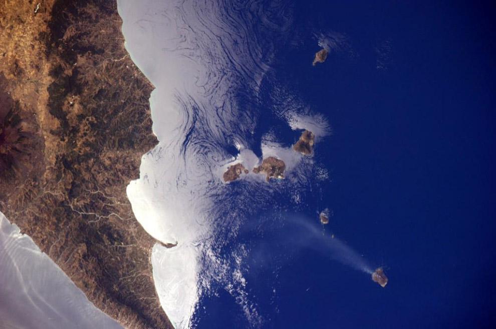 Вулкан Стромболи на побережье Италии