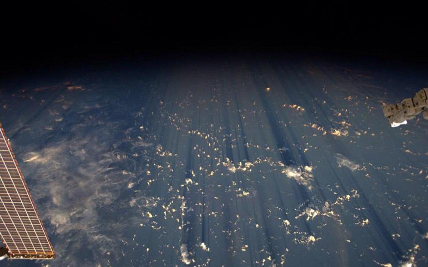 Любимый вид всех астронавтов — облака и тени от них