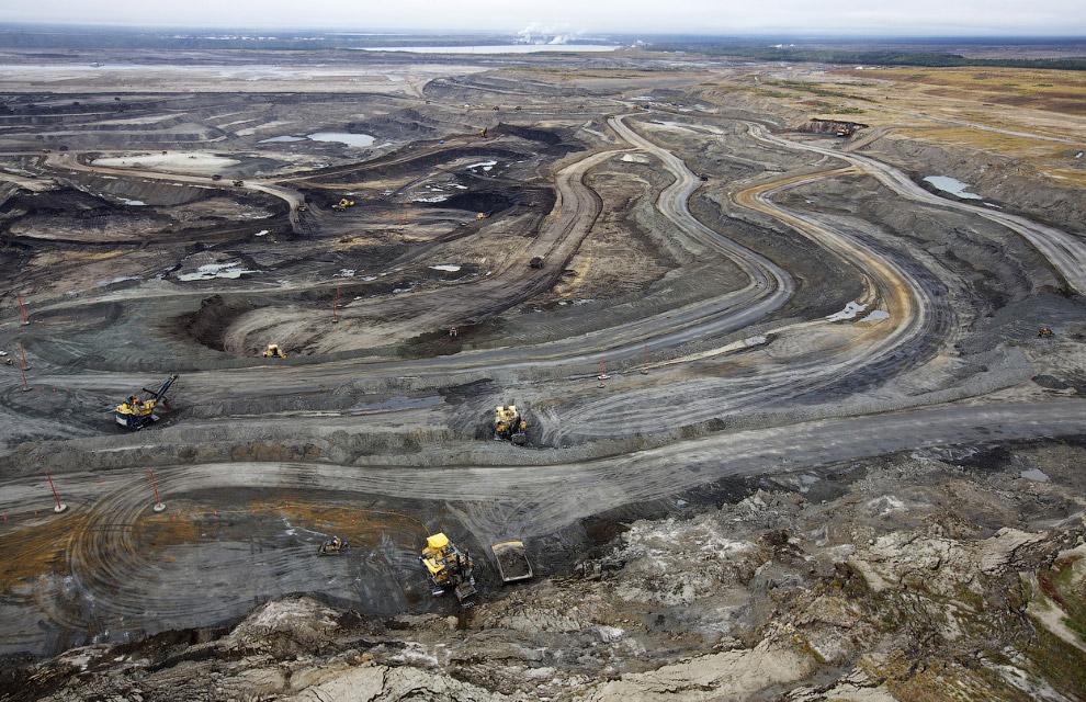 Гигантские самосвалы везут нефтеносные пески Канады на переработку
