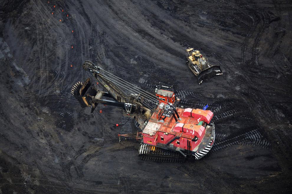 Машины в буквальном смысле ползают по пескам, пропитанным нефтью
