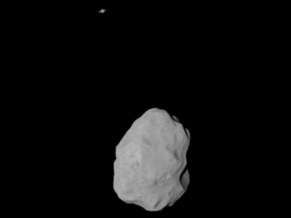 Астероид Лютеция и Сатурн (вверху) с расстояния 36 000 км