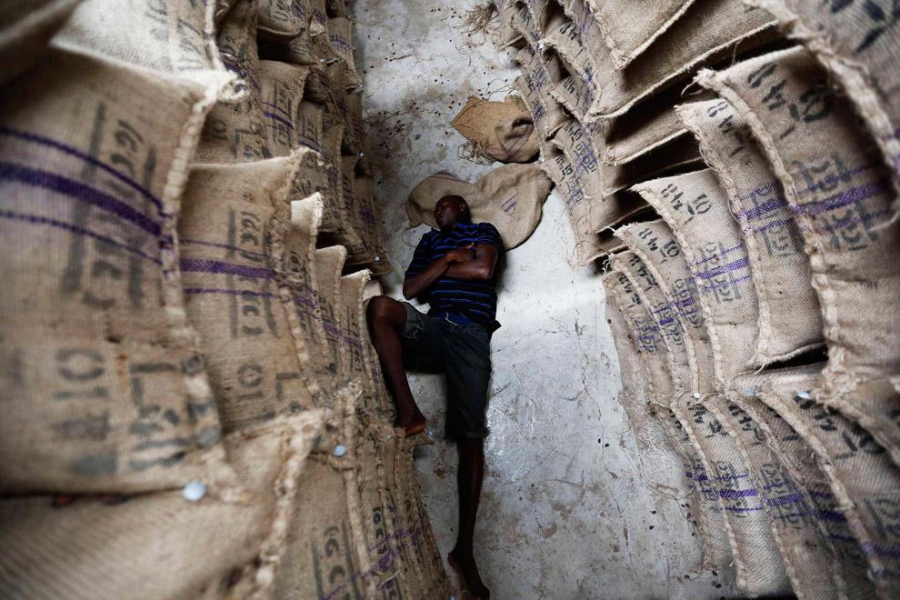 Хорошо работается на складе какао в Гане