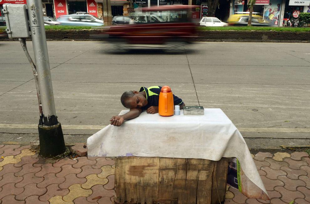 Продавец чая в ожидании покупателей, Мумбаи, Индия