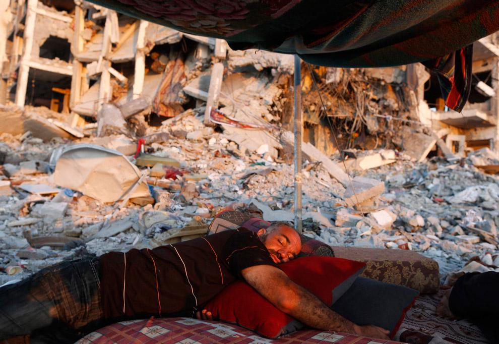 Палестинец спит на руинах древнего города Газа