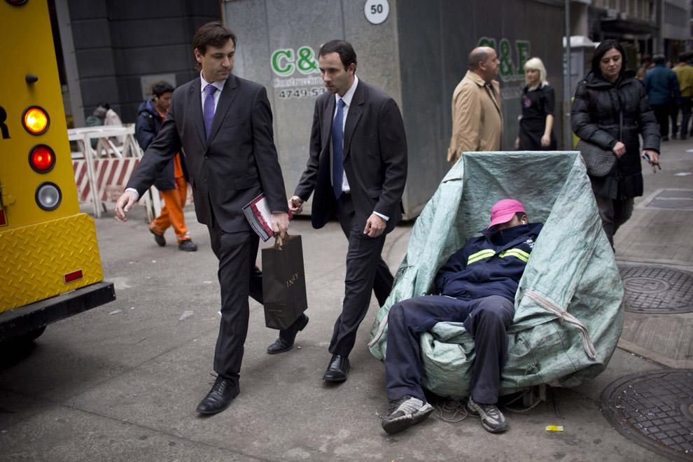 Сборщик картона для переработки уснул на рабочем месте, Буэнос-Айрес, Аргентина