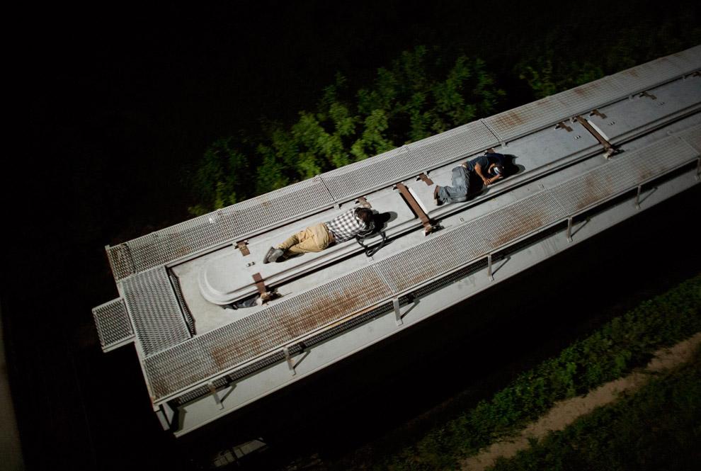 Спящие на свежем воздухе и крыше движущегося поезда в Мексике