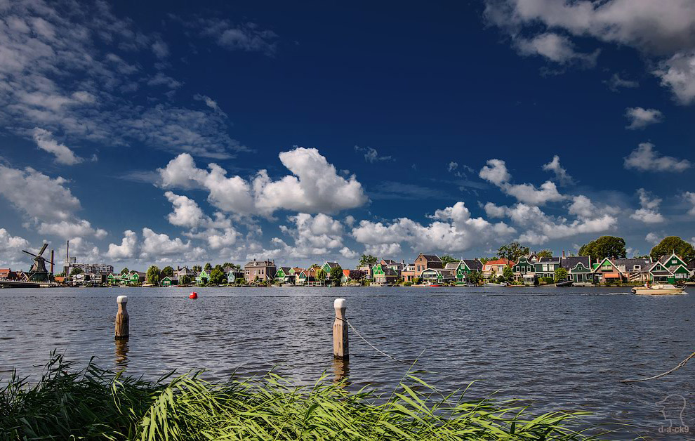 Вид на город Заандам, который расположен на противоположном берегу реки Заан