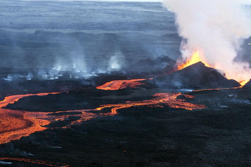 Реки лавы из вулкана Баурдарбунга в Исландии