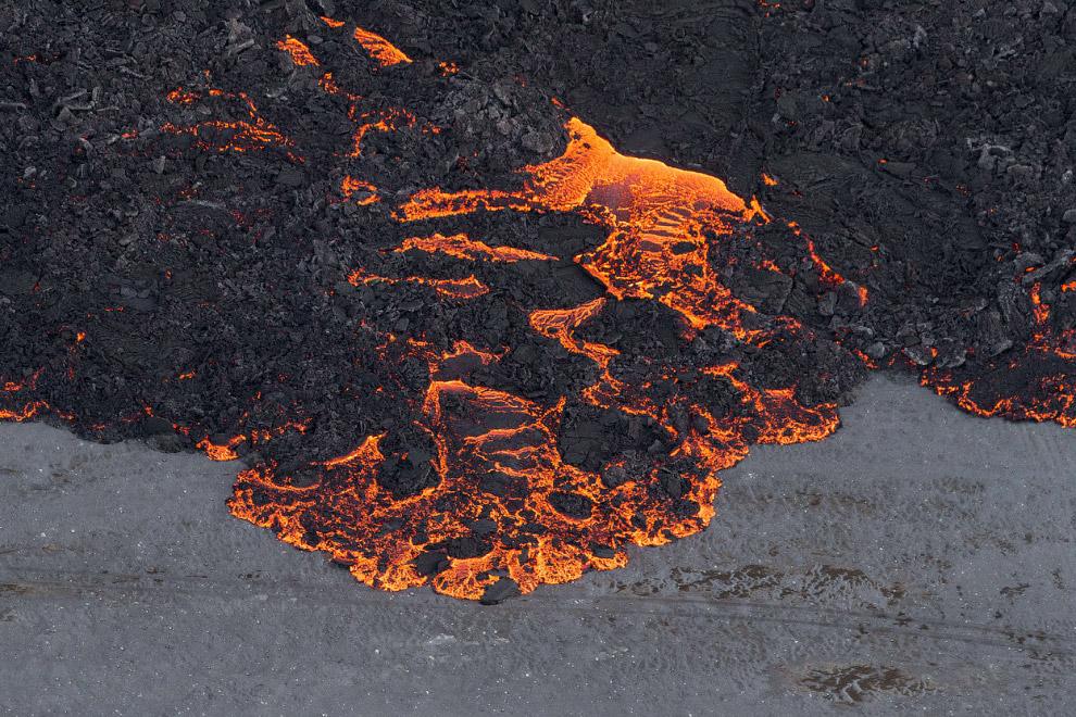 Лава — это раскалённый жидкий или очень вязкий расплав горных пород