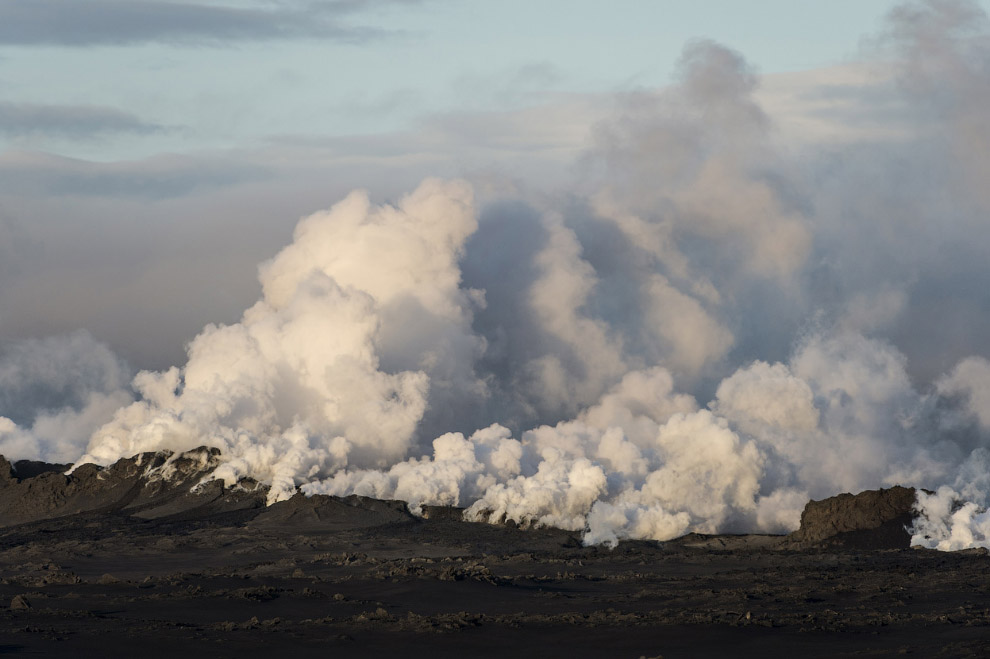 Лава образуется при извержении вулканом магмы на поверхность Земли
