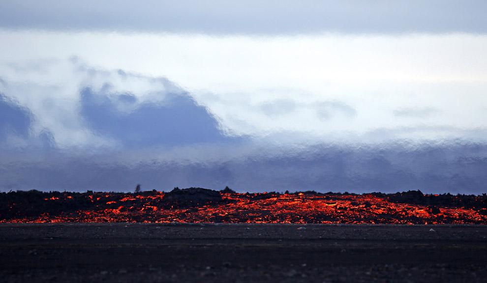 Лава из вулкана Баурдарбунга в Исландии
