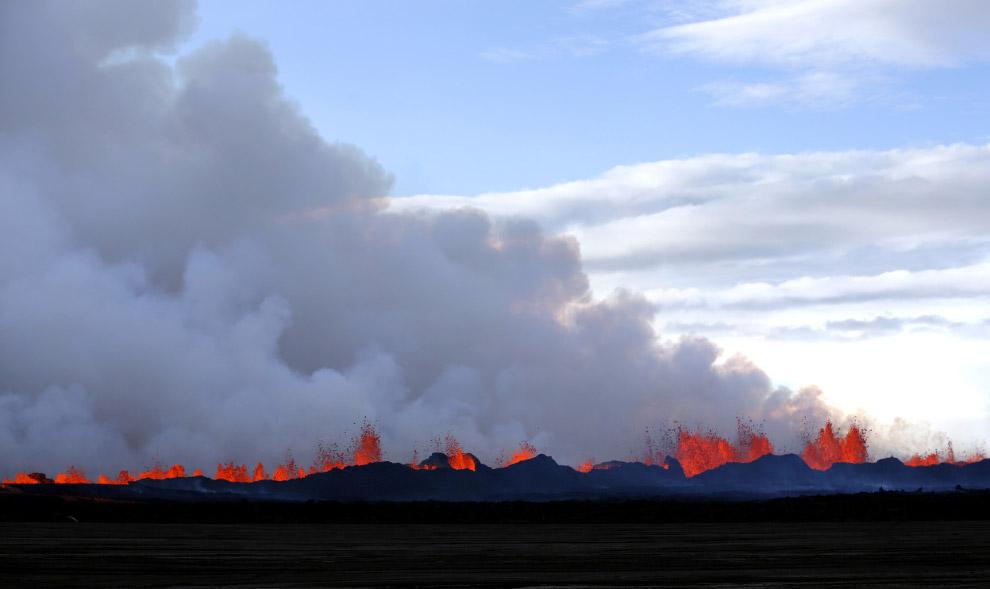 Лава и вулканические газы