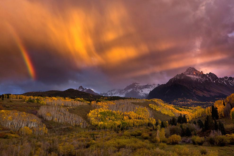 Лучи света пронзили облака в Колорадо