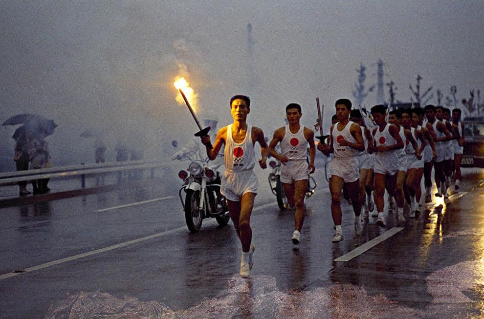 Факелоносцы направляются к олимпийскому стадиону