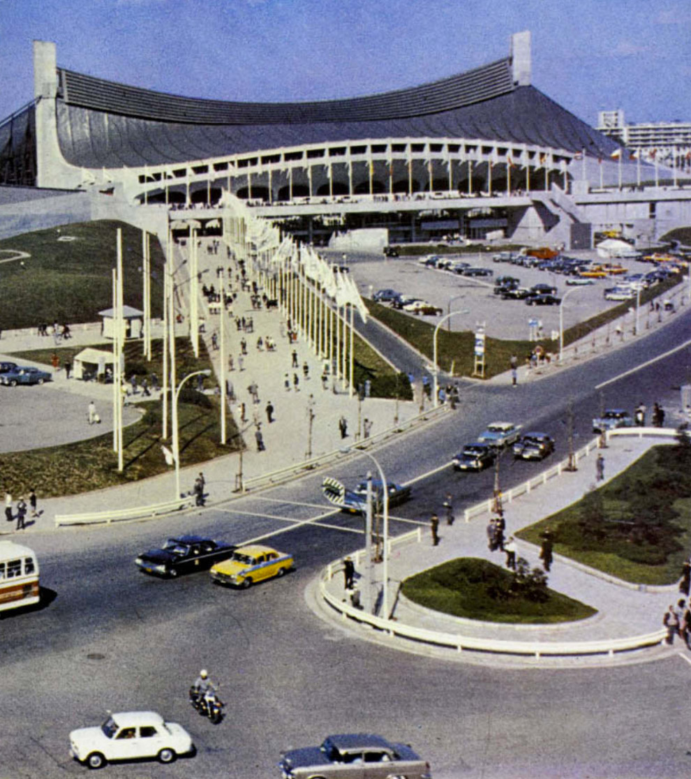 Для игр архитектором Кензо Танге в Токио был построен модернистский стадион