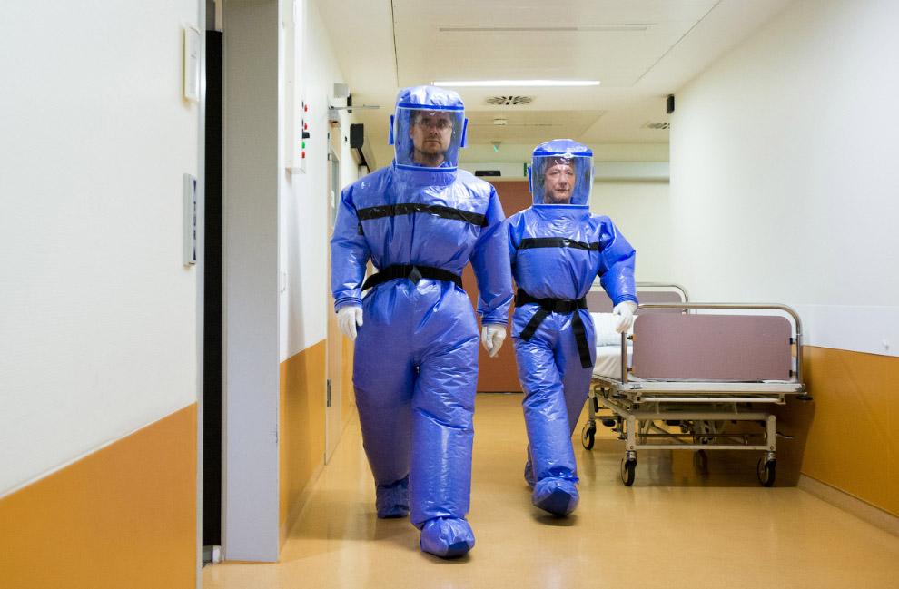Медики в защитных костюмах в больнице в Берлине