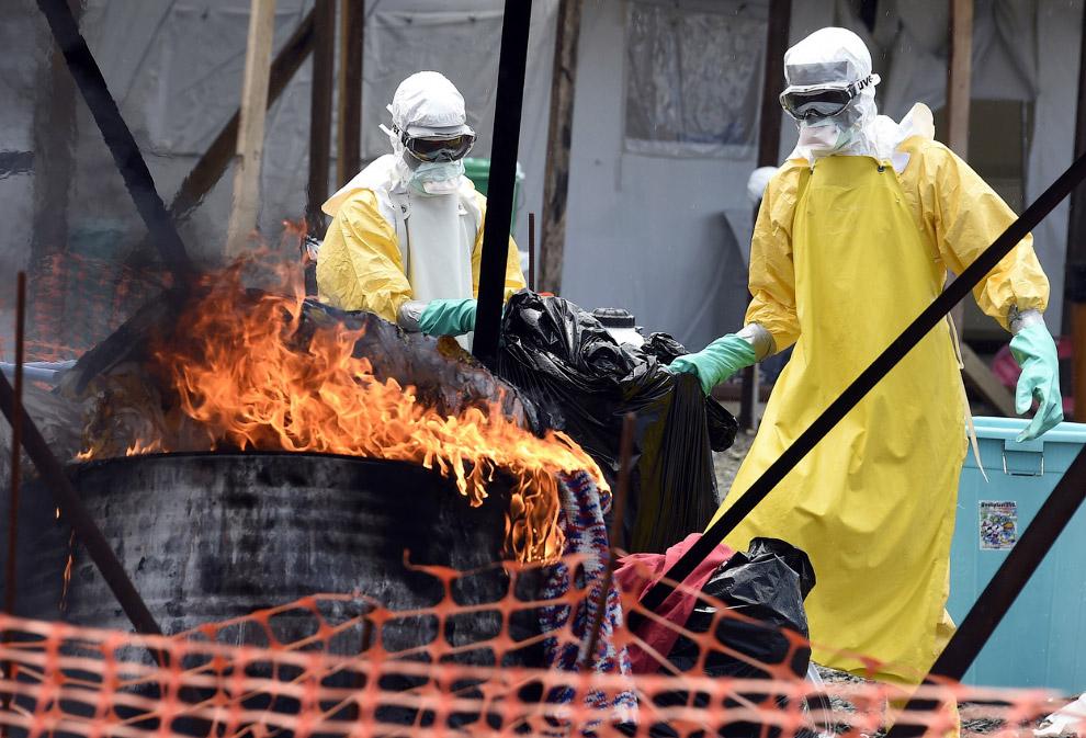 Медработники сжигают одежду больных вирусом Эбола в Монровии