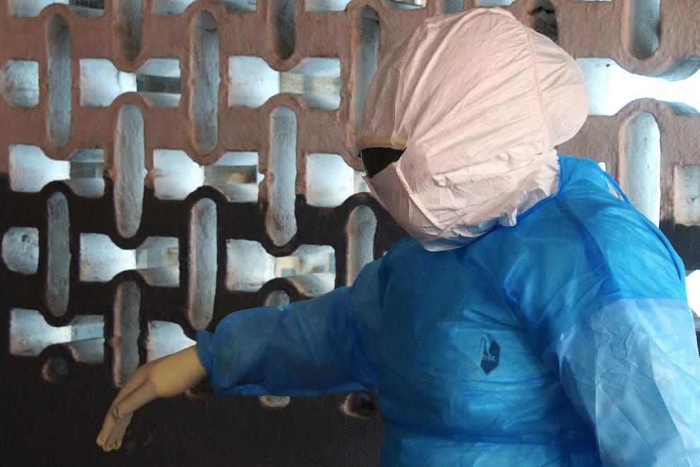 Медработник в защитном костюме, Либерия