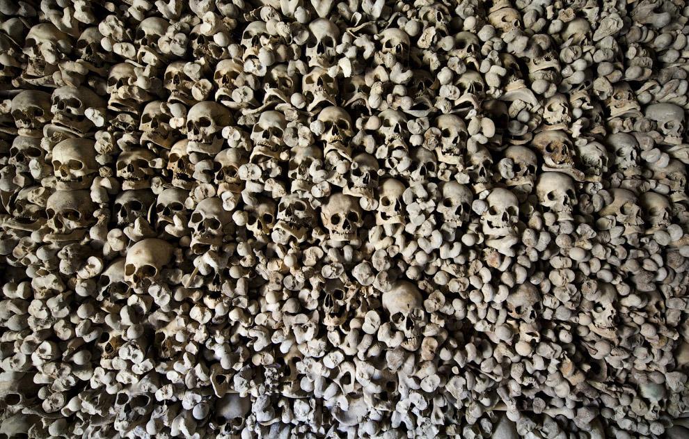 Черепа и кости внутри церкви Святой Марии в маленькой деревне Вамба, Испа