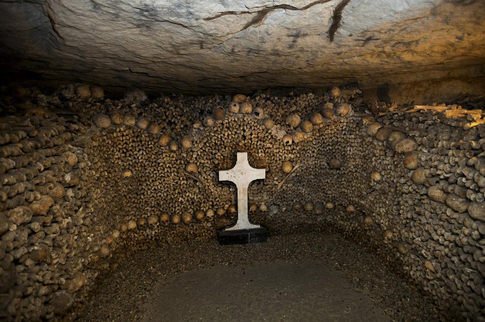 Черепа и кости, сложенные в катакомбах под Парижем, Франция