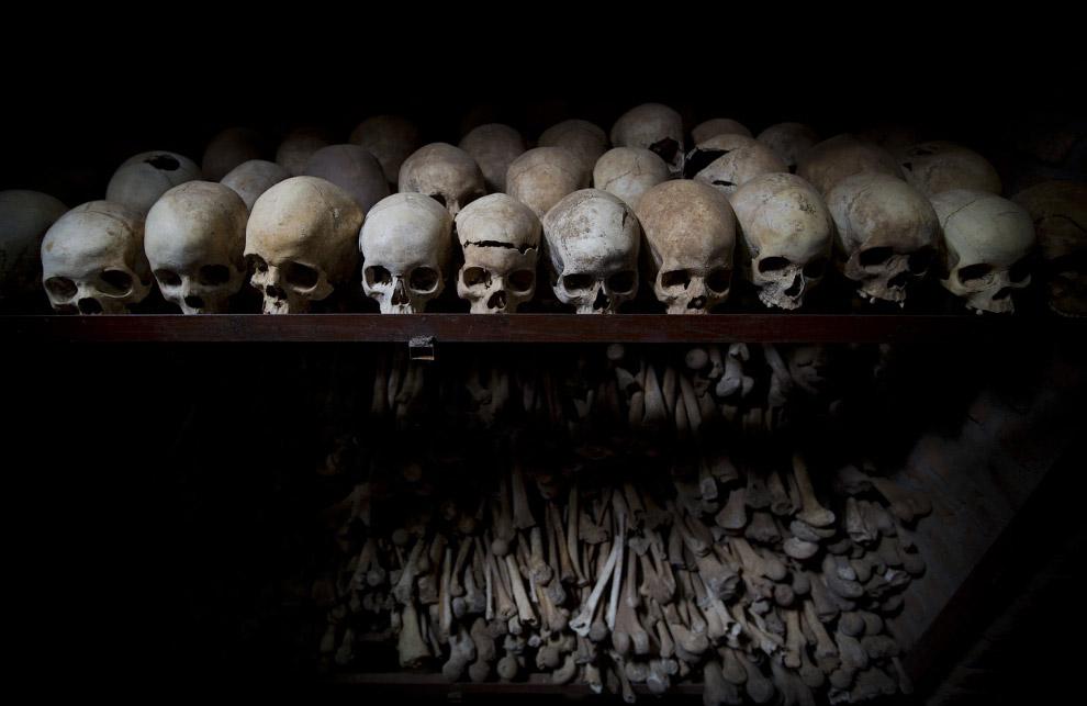 Черепа и кости в Мемориале геноцида в Руанде