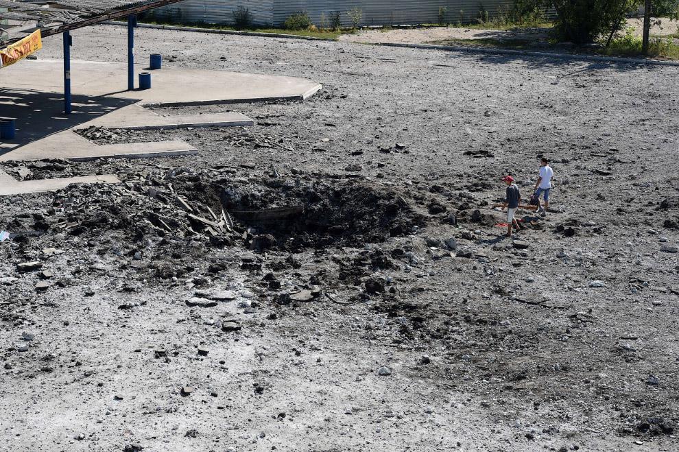 Воронка от снаряда в Макеевке в 15 км к востоку от Донецка