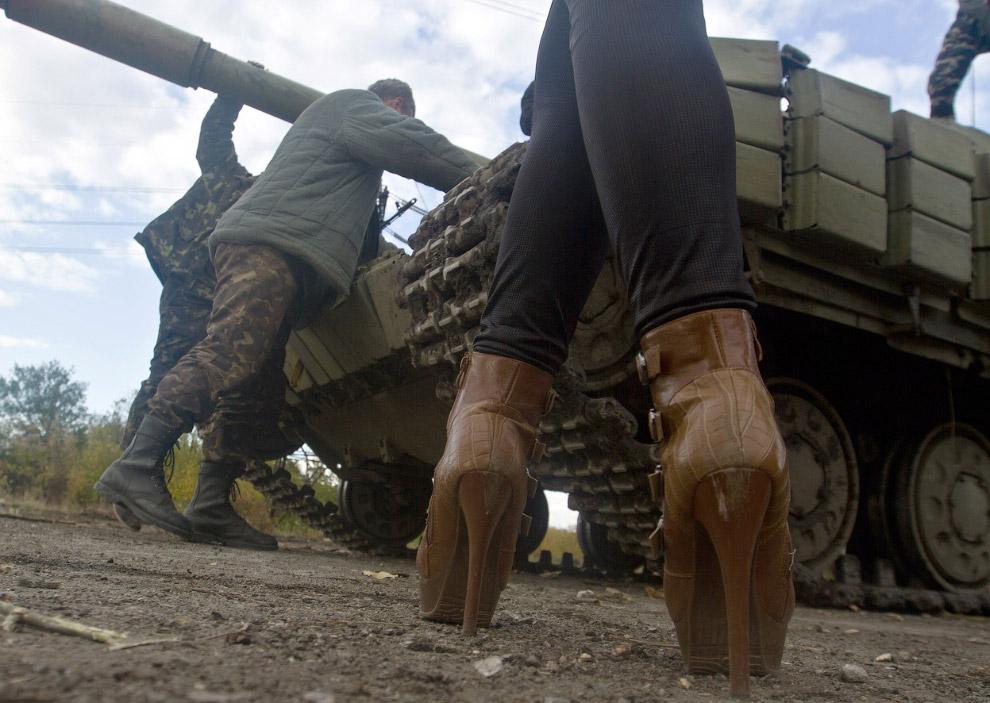 Украинский танк и мадам недалеко от Донецка