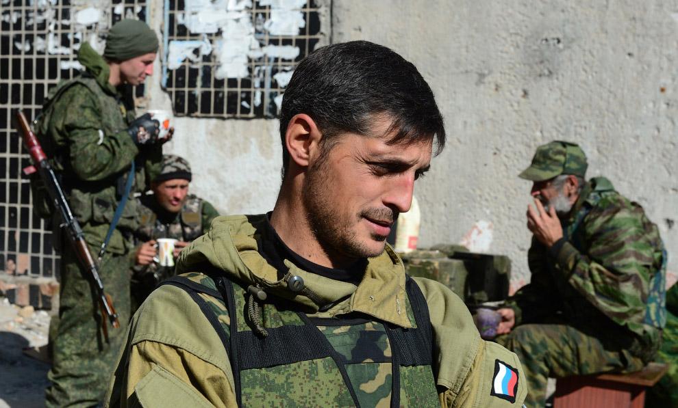 Гиви, командир батальона повстанцев, возле международного аэропорта Донецка