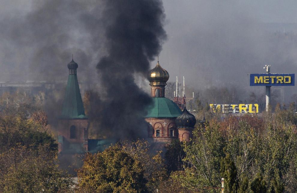 Снаряд ударил недалеко от церкви и международного аэропорта Донецка имени С.С.Прокофьева