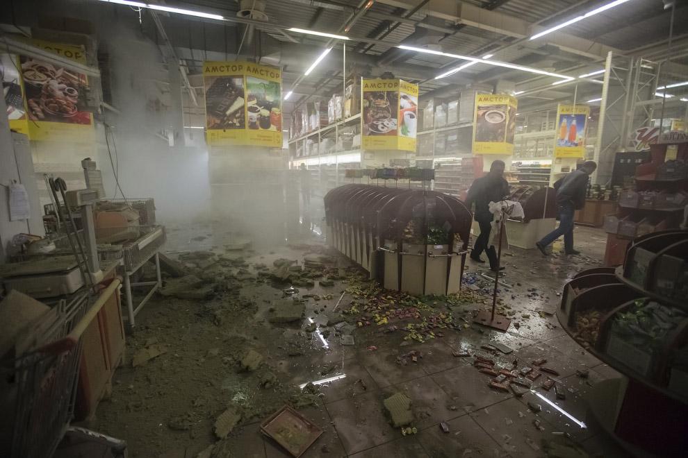 Обстрелянный торговый центр в Донецке