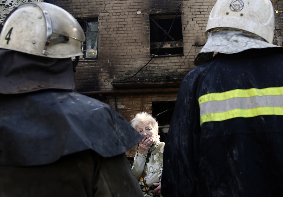 Жительница возле своего дом и пожарные, Донецк